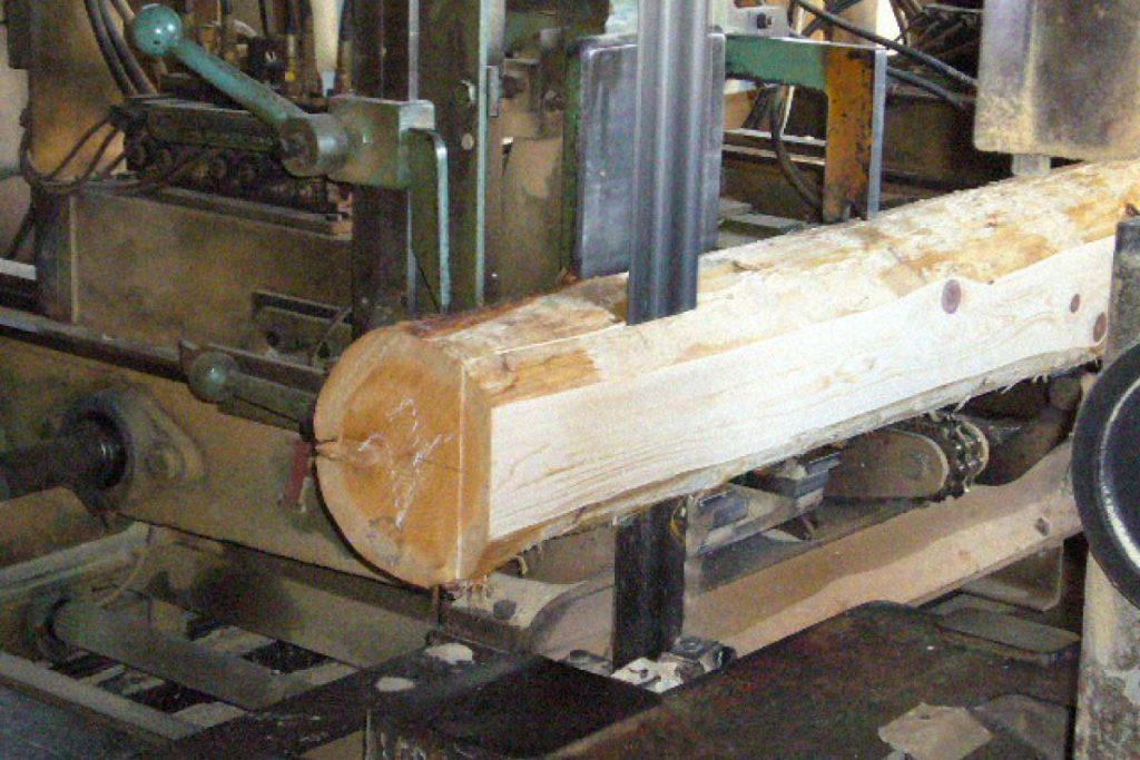丸太をカット、製材機の色々